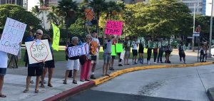 """No aloha for Uncle Dotard: snarky protesters """"greet"""" Trump in Hawai'i"""